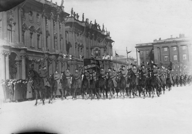 Колонна курсантов — юнкеров Николаевского кавалерийского училища с патриотическими лозунгами проходит по Дворцовой площади