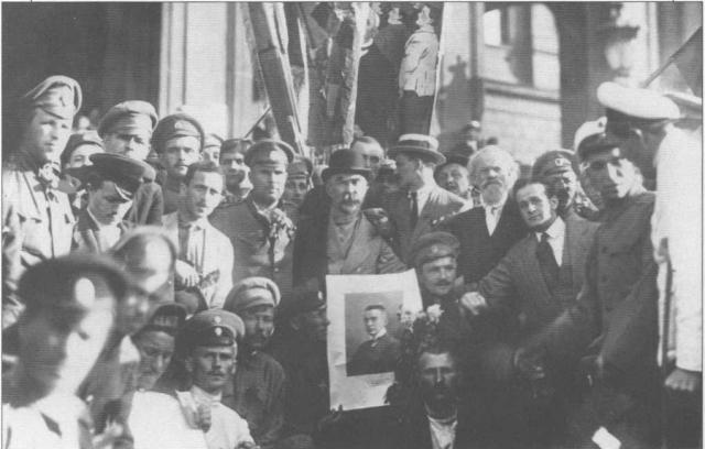 Плеханов с портретом Керенского на демонстрации 18 июня
