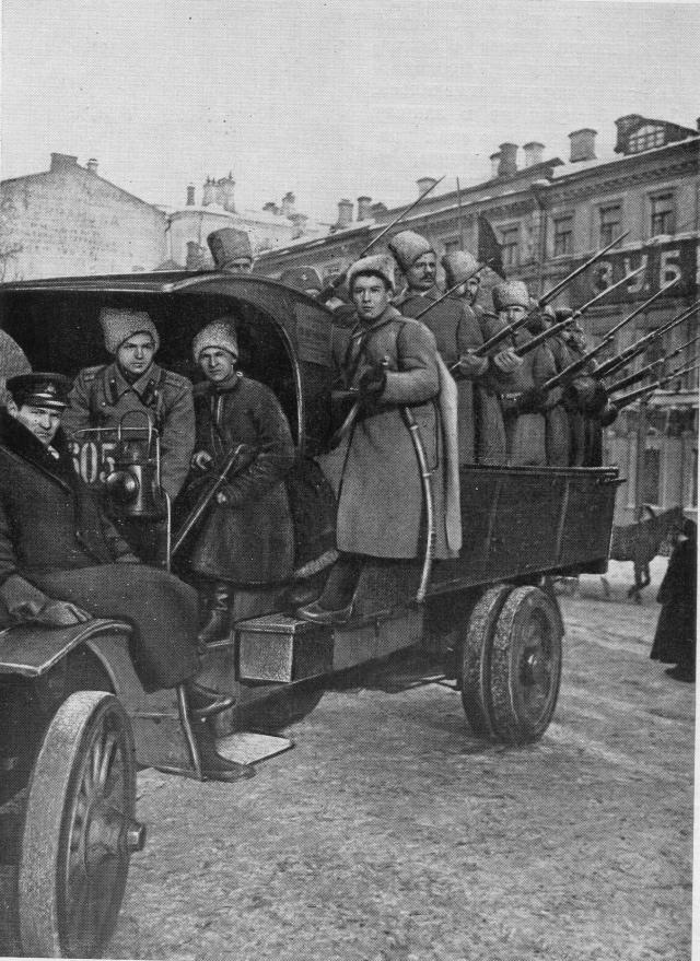 Революционные солдаты на улицах Москвы
