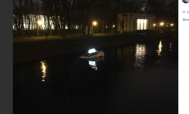 Автомобиль такси с пассажиром упал в Мойку в Петербурге