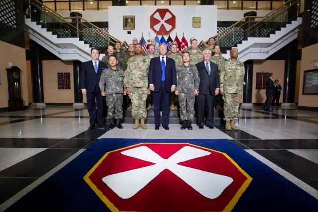 Дональд Трамп с американскими и южнокорейскими военными