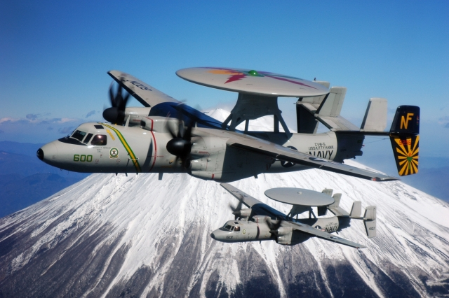 Самолёты ДРЛО E-2C Hawkeye ВМС США над Фудзиямой