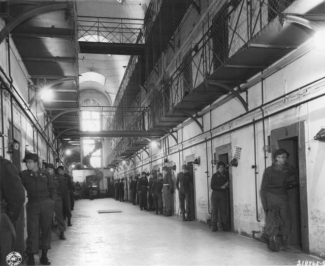Коридор тюрьмы Нюрнберга, где содержались главные нацистские преступники, 24 ноября 1945 года