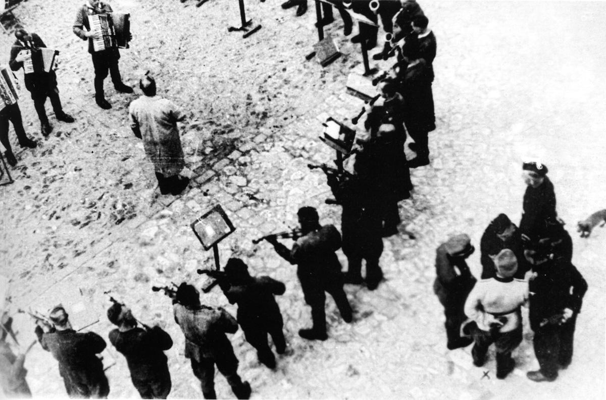 Оркестр заключенных Яновского концлагеря исполняет «Танго смерти». Львов, СССР