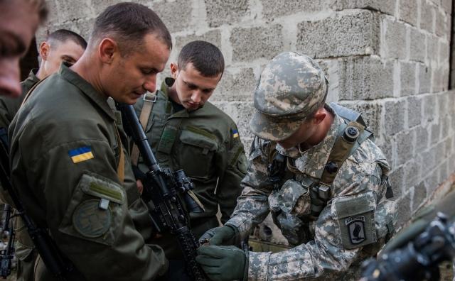 Американские и украинские военные в ходе совместных учений на Яворовском полигоне в районе Львова