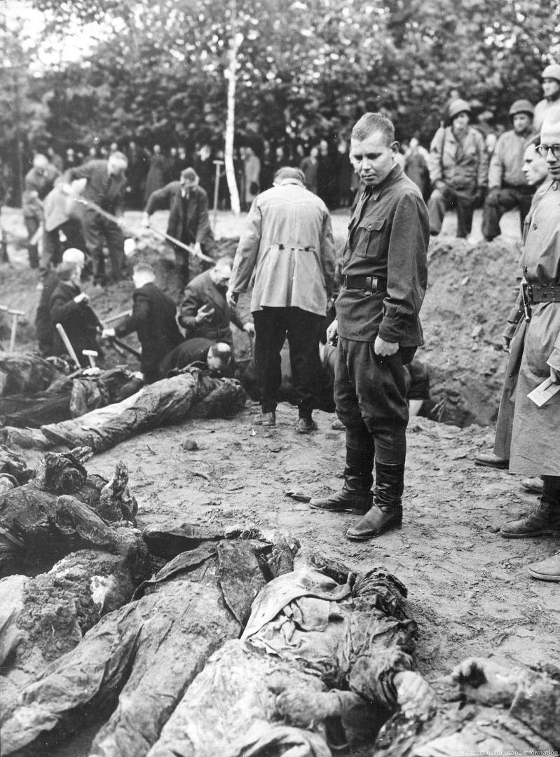 Бывший пленный Петр Пальников при эксгумации расстрелянных советских пленных на кладбище Зеельхорст в Ганновере. 2 мая 1945 года