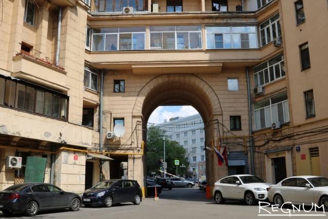 Москва. Во дворе дома со скульптурами