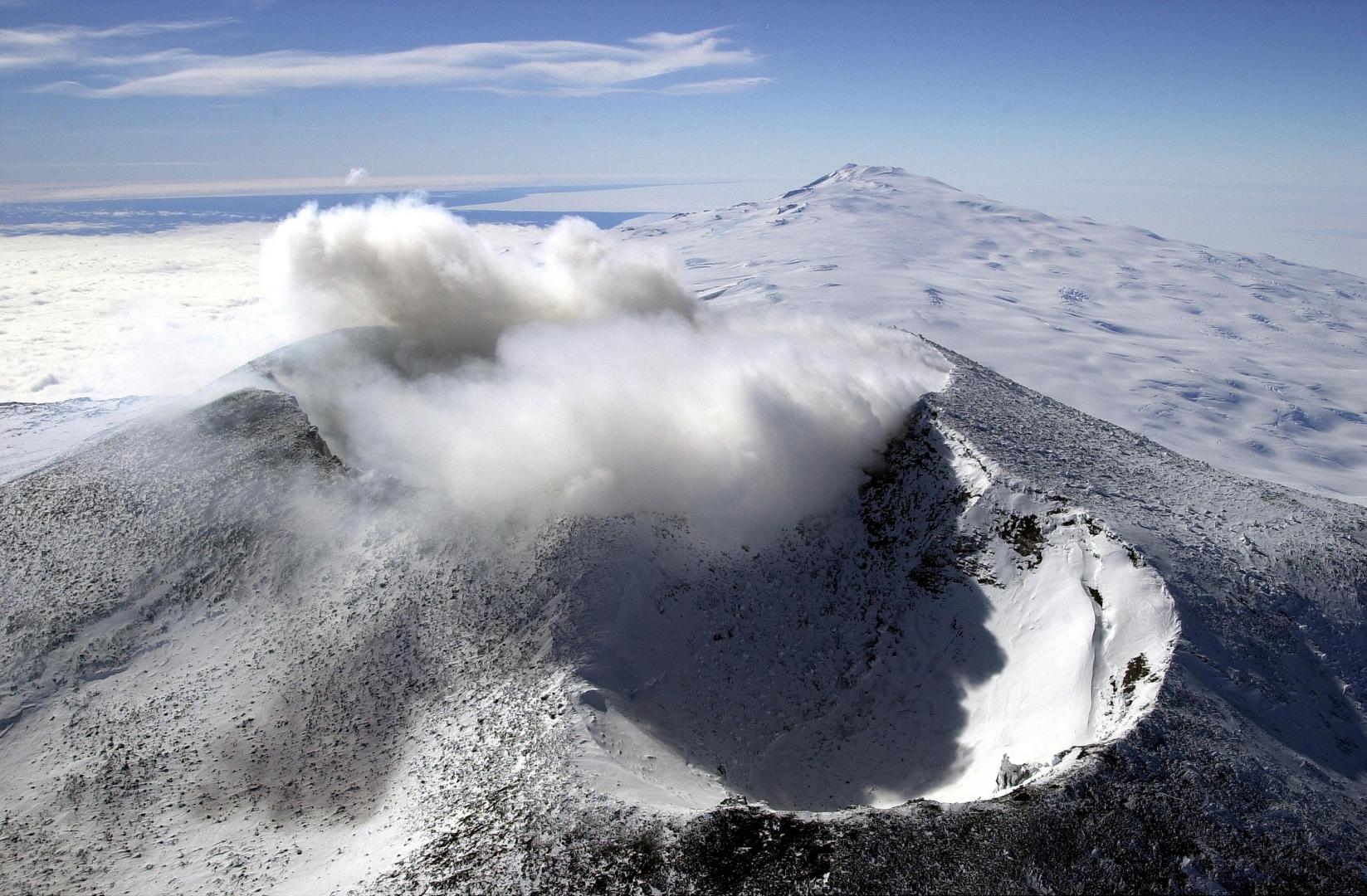 Рис. 7. Вид на Эребус (3742 м) — второй по величине и самый активный вулкан Антрктиды. Расположен на о. Росса