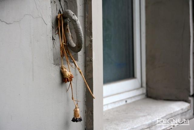 К памятнику Ахматовой приносят цветы