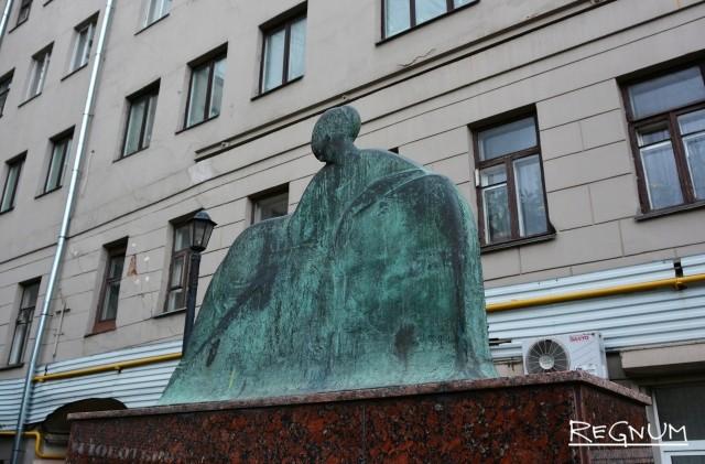 Памятник Анне Ахматовой во дворе «Легендарной Ордынки»