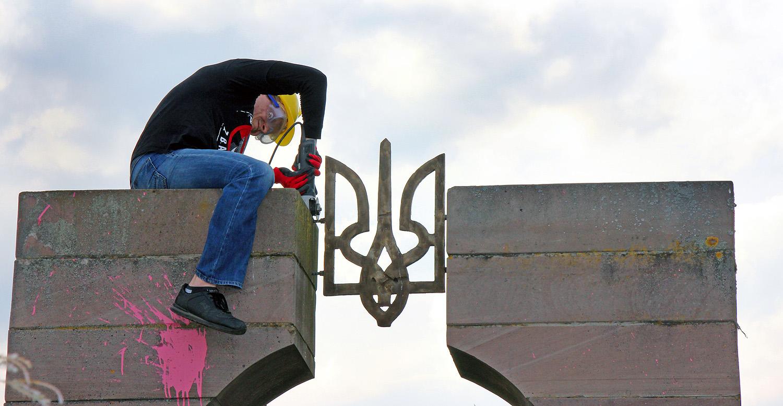 Демонтаж монумента в честь украинских нацистов