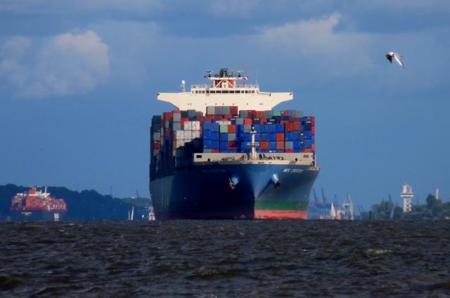 Грузовое судно с контейнерами на борту