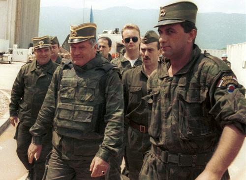 Генерал Ратко Младич во время переговоров в аэропорту Сараева. июнь 1993