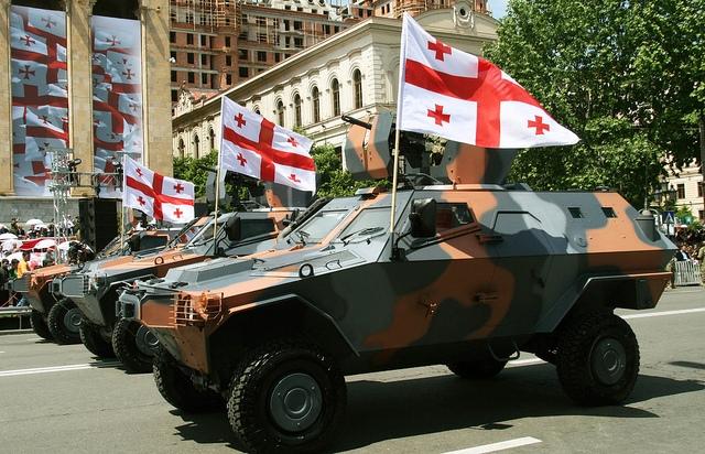 В Тбилиси стягивают бронемашины «Кобра»: слышны взрывы и выстрелы