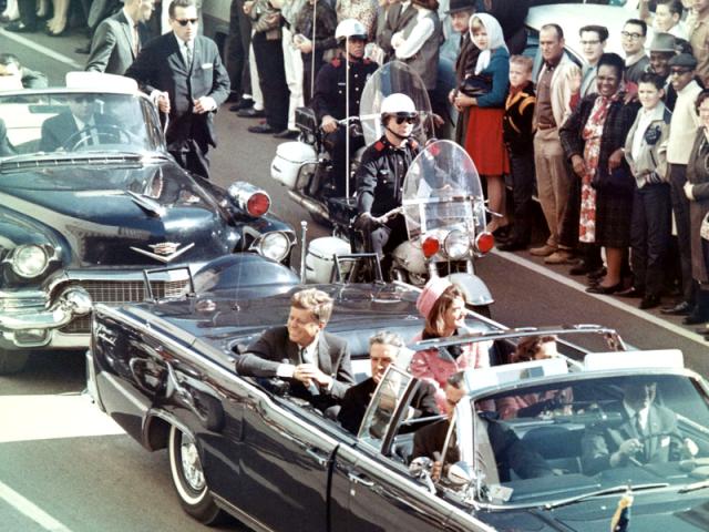 Джон Кеннеди со своей женой в лимузине за несколько минут до покушения