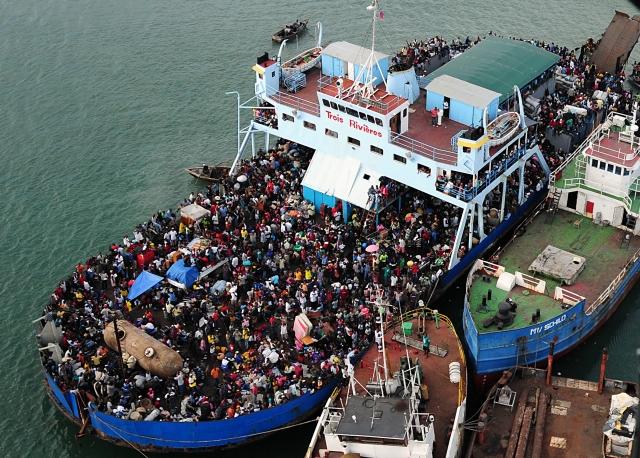 Картинки по запросу фото старый пароход везёт беженцев