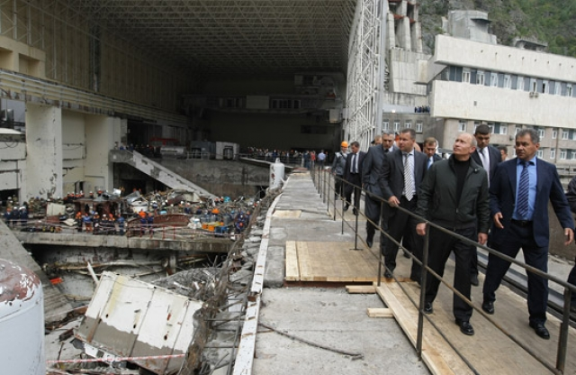 Владимир Путин осматривает повреждения на Саяно-Шушенской ГЭС