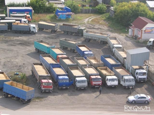 Зерно в десятках фургонов, ожидающих разгрузки на Ребрихинском элеваторе (Алтайский край). Ажиотаж наблюдался только в начале агросезона-2017, когда стоимость зерна составляла 8 тысяч рублей за тонну