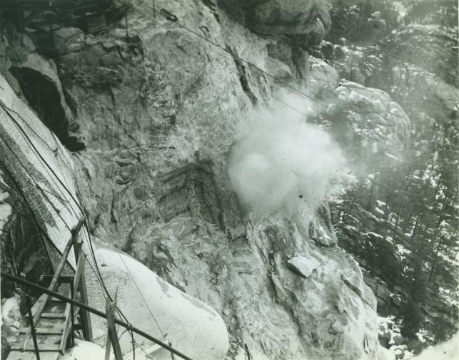 Взрыв динамита. Гора Рашмор. США