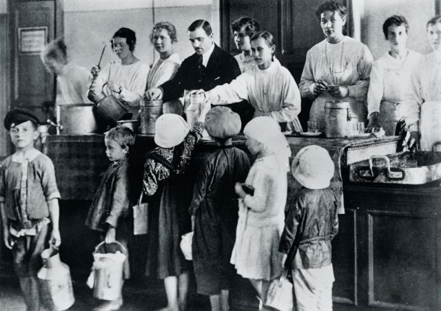 Петроградские дети получают бесплатные обеды. 1918