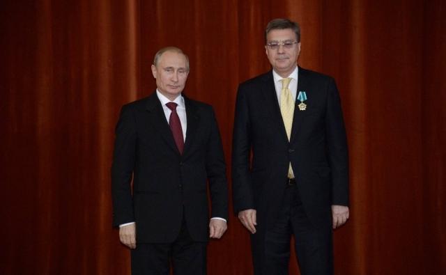 Владимир Путин и Владимир Дорохин на церемонии награждения государственными наградами