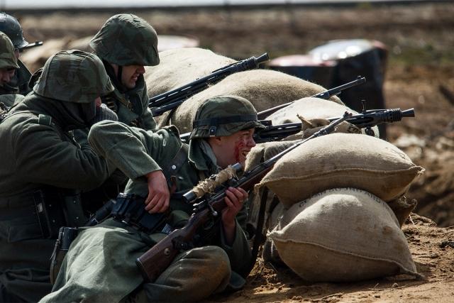 Реконструкции боя Великой Отечественной войны. Гитлеровцы в укрытии