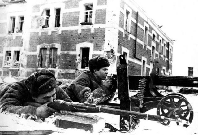Советские пулеметчики в бою на улице Энгельса в Великих Луках