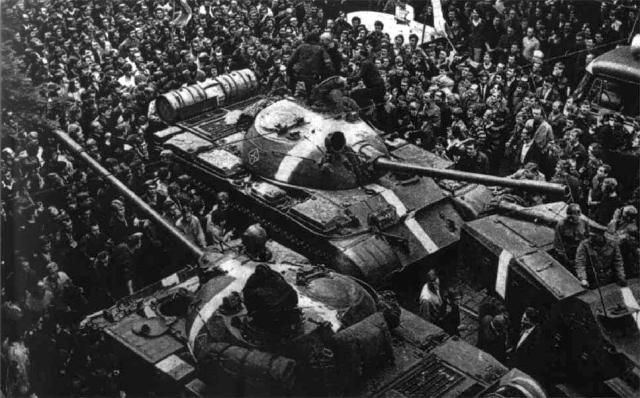 Толпа протестующих вокруг советских танков в первые дни ввода войск. Прага. 1968