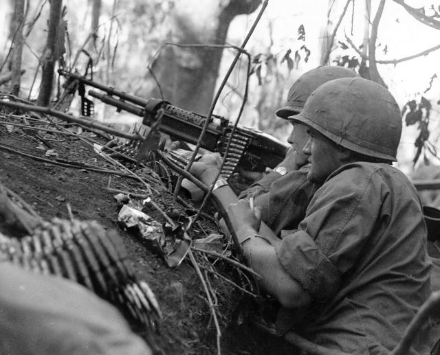 Американские солдаты с пулеметом M-60. Вьетнам. 1966