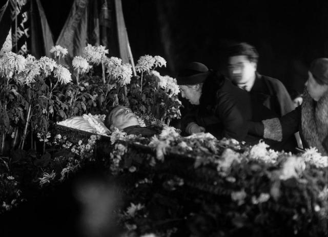 Похороны Кирова. Вдова покойного Мария Маркус у гроба