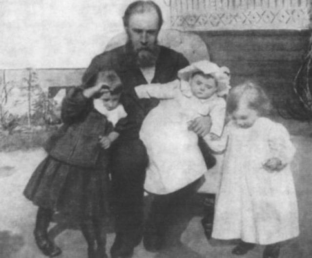 Павел Михайлович с внучками