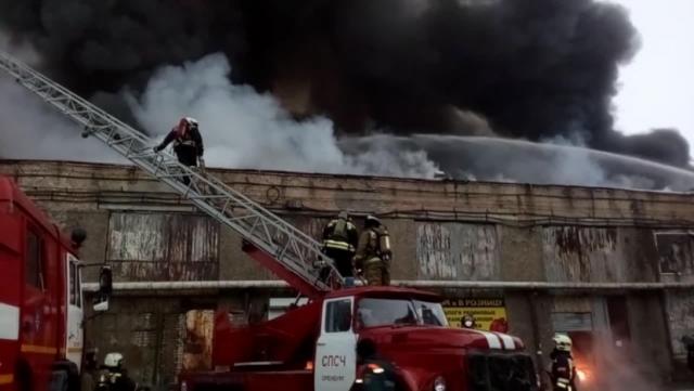 В Оренбурге в горящем ТЦ произошло обрушение кровли