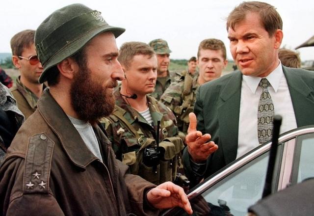 Александр Лебедь идет на подписание Хасавюртовского соглашения