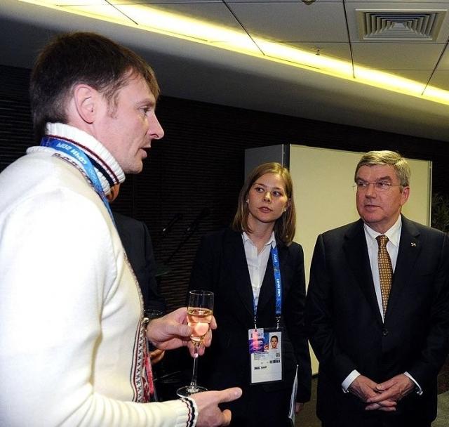 Президент МОК Томас Бах приветствует двукратного олимпийского чемпиона Александра Зубкова, ныне лишенного МОК золотых медалей. Сочи. 2014