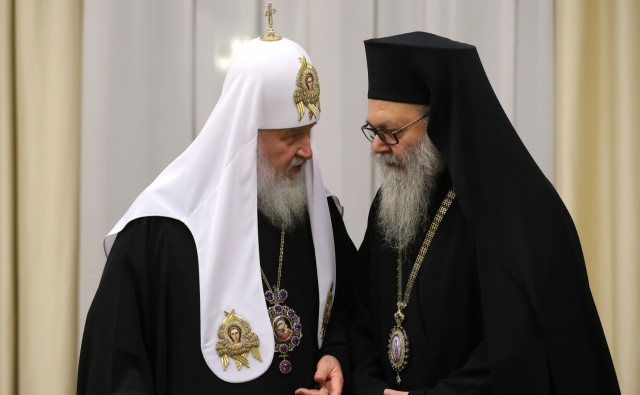 Патриарх Московский и всея Руси Кирилл (слева) перед началом встречи с главами делегаций поместных православных церквей