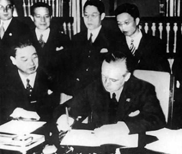 Японский посол в нацистской Германии виконт Кинтомо Мусякодзи и министр иностранных дел нацистской Германии Иоахим фон Риббентроп ставят подписи на «Антикоминтерновском пакте»