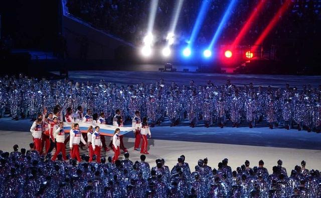Российский флаг на церемонии закрытия XXII Олимпийских зимних игр 2014 года