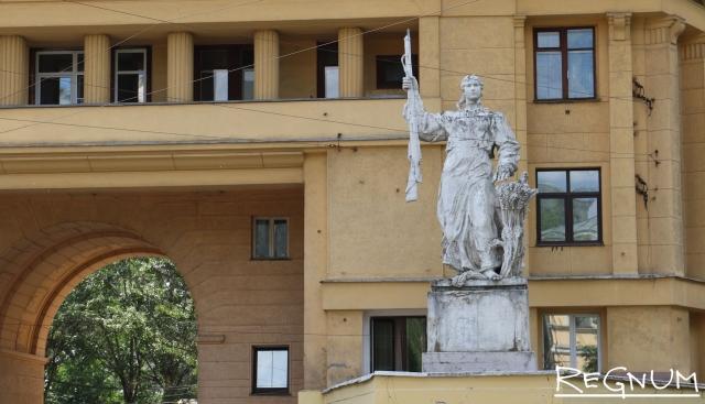 Скульптура колхозницы у московского многоэтажного дома