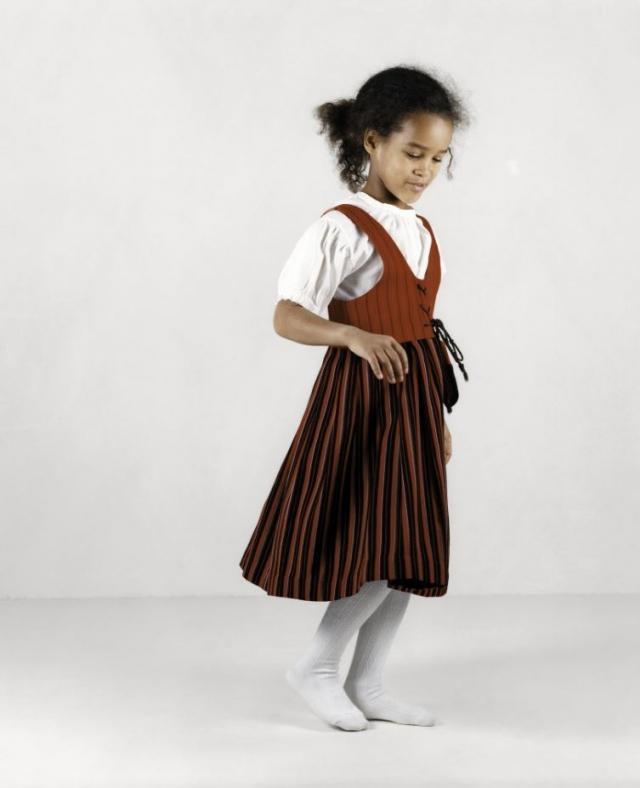 Раакель Куукка. Ребекка и национальный костюм. 2003