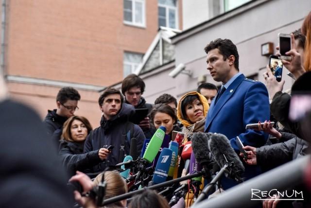 Прокурор Непорожний даёт комментарии журналистам