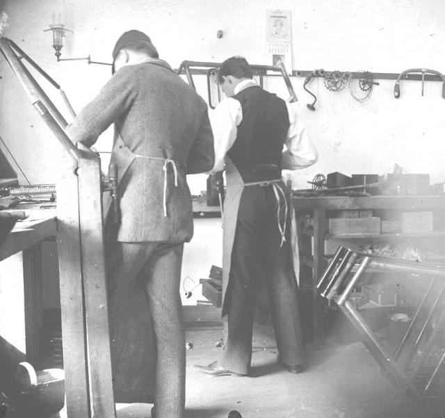 Велосипедная мастерская братьев Райт, справа Орвилл Райт