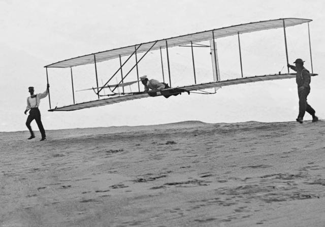 Братья Райт совершили первый в мире полет на самолете «Флайер»