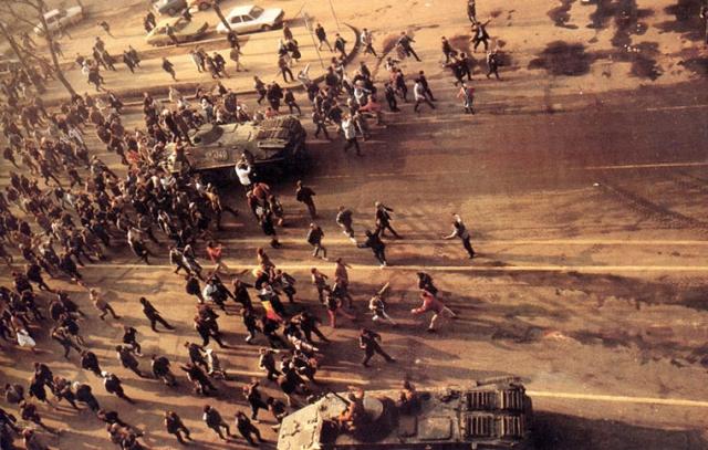 Демонстранты и боевые машины в Бухаресте
