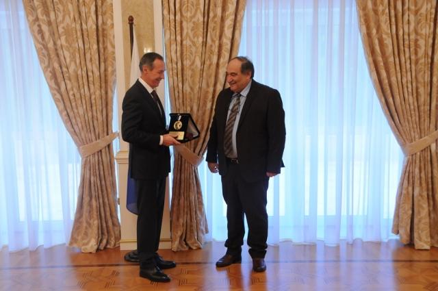 «За выдающуюся деятельность»: Фракийский университет наградил президента РФ