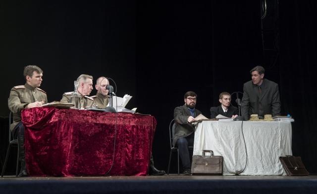 На сцене восстановили события 70-летней давности: суд и адвокаты
