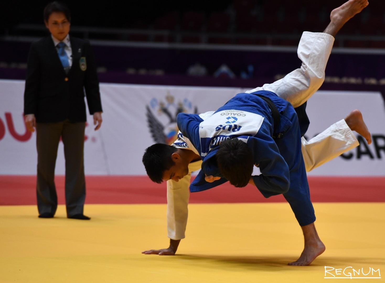 Международный турнир по дзюдо «Мастерс-2017». Дзюдоисты Яшуев И. (Россия,синий) и Такабатаке Е. (Бразилия, белый)