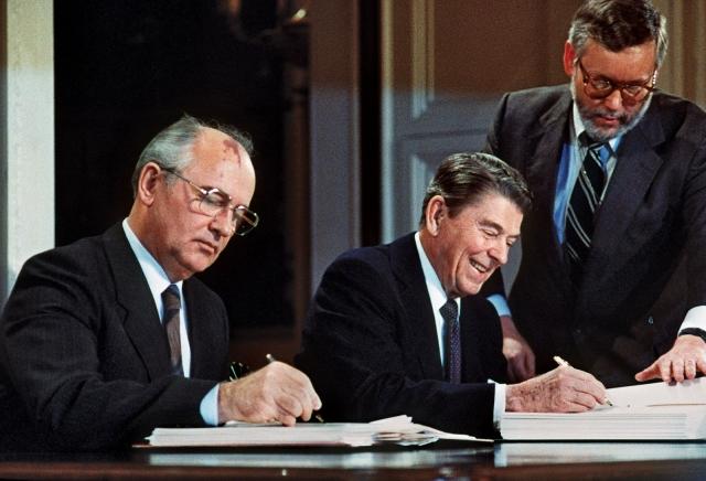 Михаил Горбачев и Рональд Рейган подписывают Договор о ликвидации ракет средней и меньшей дальности. Вашингтон, 8 декабря 1987 года