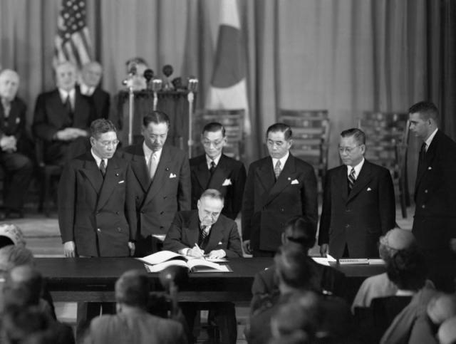 Премьер-министр Японии Сигэру Ёсида подписывает Сан-Францисский мирный договор с Японией