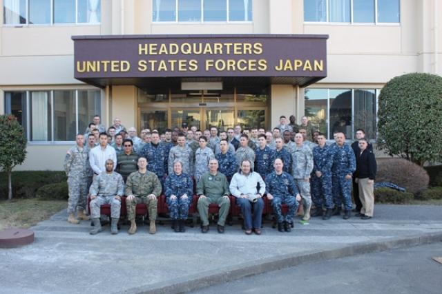 Персонал из дирекции Объединенной группы поддержки Японии J6 собирается для групповой фотографии. Авиационная база YOKOTA. Япония