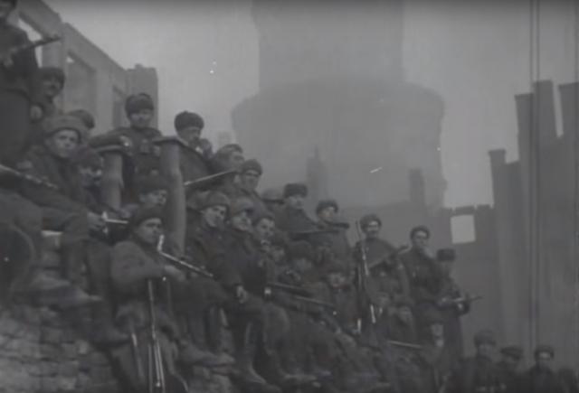Красноармейцы на фоне поверженного замка Кёнигсберг, апрель 1945 года